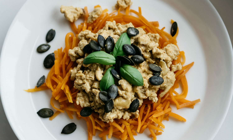 Resepti: Aurinkokastike ja porkkanaspagetti